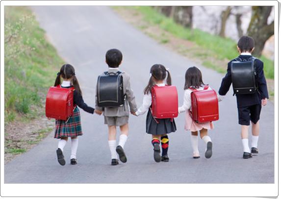 ผลการค้นหารูปภาพสำหรับ เด็กสะพายกระเป๋าไปเรียน